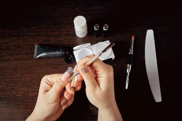 La manicure cura l'unghia per se stessa