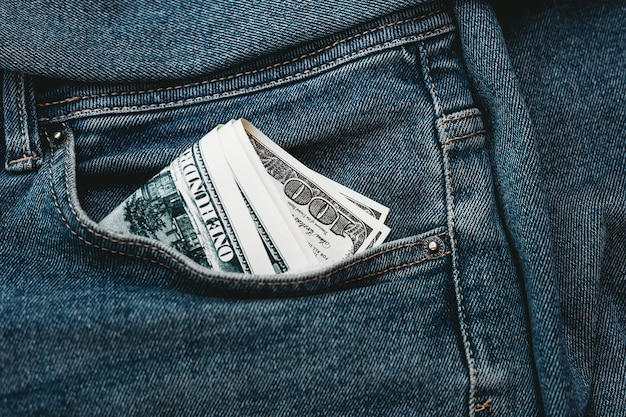 La mano che mette nella tua tasca dei jeans $ 100.