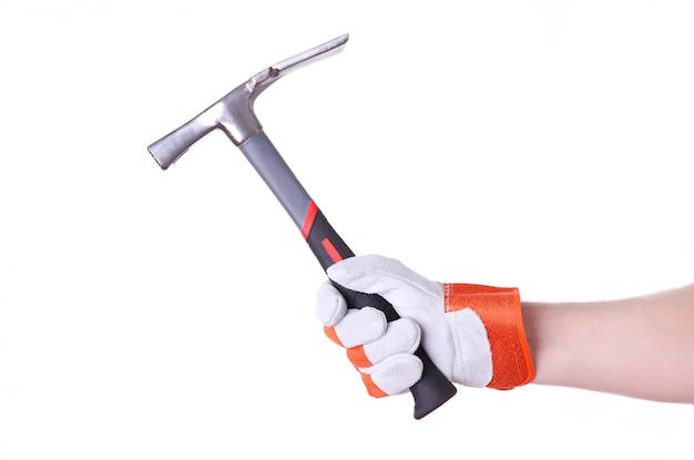 La mano che regge il martello isolato su un bianco