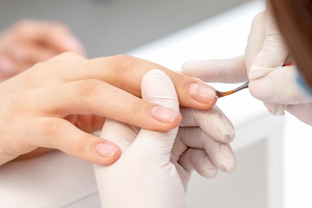 La mano copre lo smalto per unghie