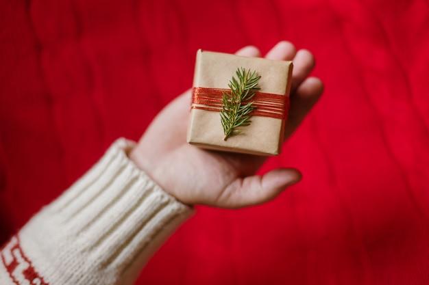 La mano degli uomini regala un regalo