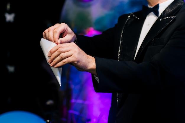 La mano del mago con la borsa tiene un rituale magico, un trucco