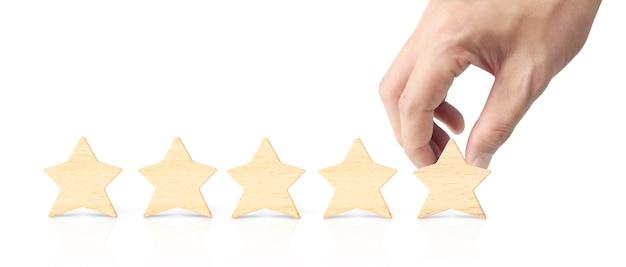La mano del mettere aumenta la forma a cinque stelle. i migliori servizi aziendali eccellenti valutano il concetto di esperienza del cliente