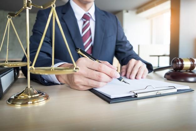 La mano dell'avvocato scrive il documento in tribunale (giustizia, legge)
