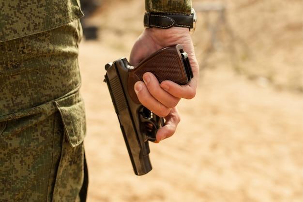 La mano dell'uomo con una pistola