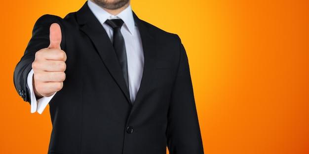 La mano dell'uomo d'affari che gesturing bene / gradisce il segno isolato su fondo colorato