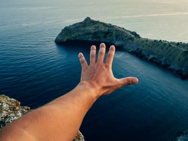 La mano dell'uomo sull'oceano