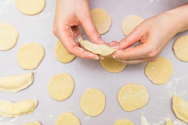 La mano della donna produce ravioli