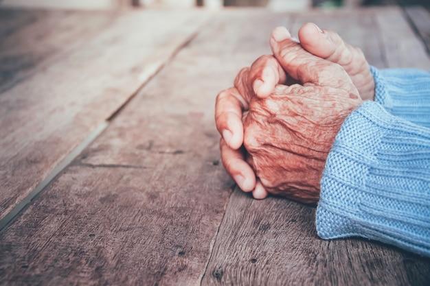 La mano della donna senior. concetto drammatica solitudine, tristezza, depressione, emozioni tristi, pianto, deluso, assistenza sanitaria, dolore.