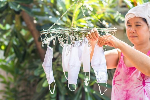 La mano della donna sta tenendo le maschere lavate