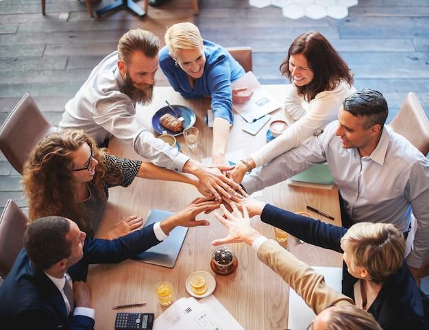 La mano della gente monta il concetto di lavoro di squadra della riunione del collegamento