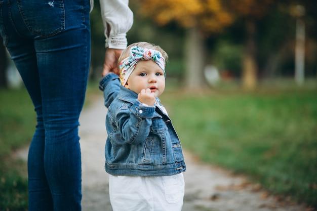 La mano della madre della tenuta della bambina in parco