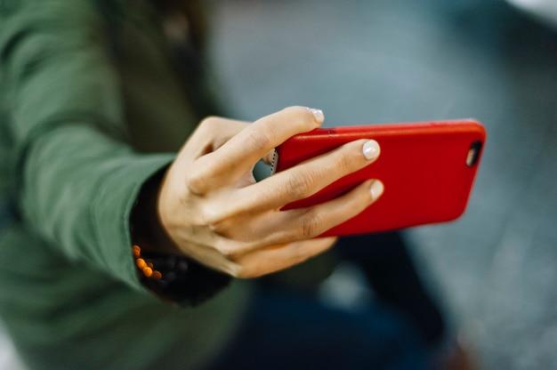 La mano della ragazza usando il telefono