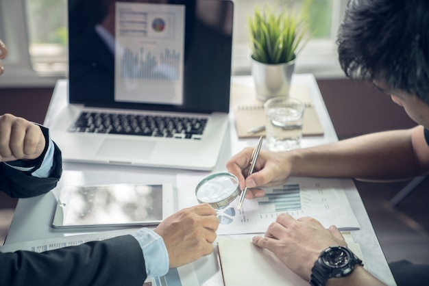 La mano della squadra di affari durante la conferenza della riunione è documenti di lavoro sul programma di vendita