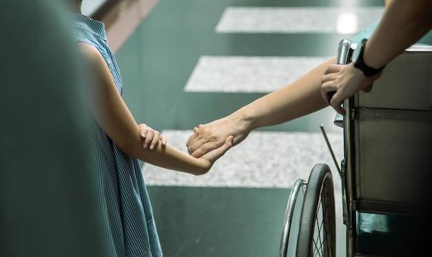 La mano della stretta del bambino trasmette la buona sensibilità al paziente