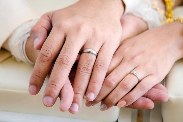 La mano dello sposo e della sposa nel giorno del matrimonio