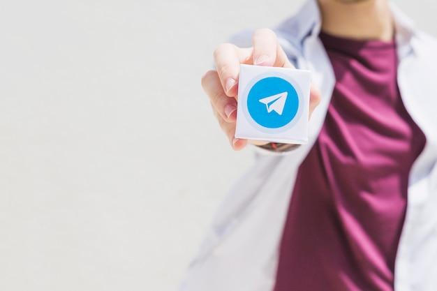 La mano di una persona che tiene invia il blocco di icone