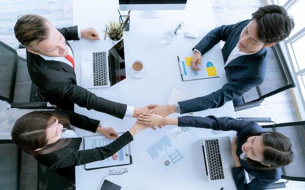 La mano di vista superiore della squadra di affari durante la conferenza della riunione è documenti di lavoro