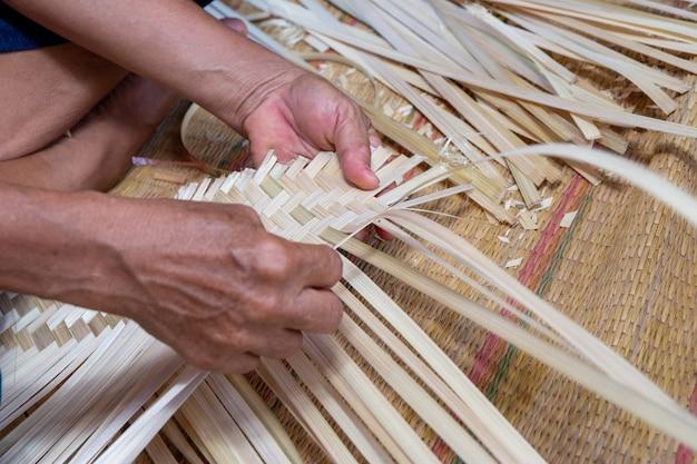 La mano fa il busket di bambù bianco