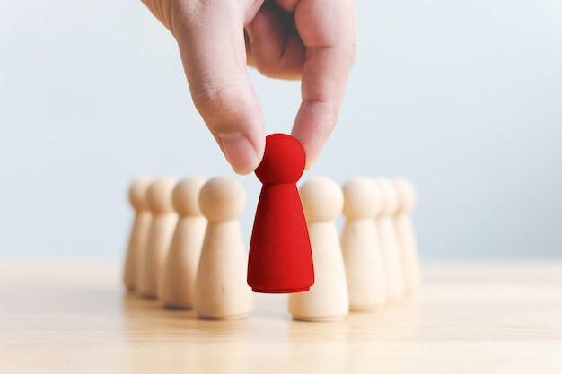 La mano sceglie un popolo di legno che si distingue dalla folla