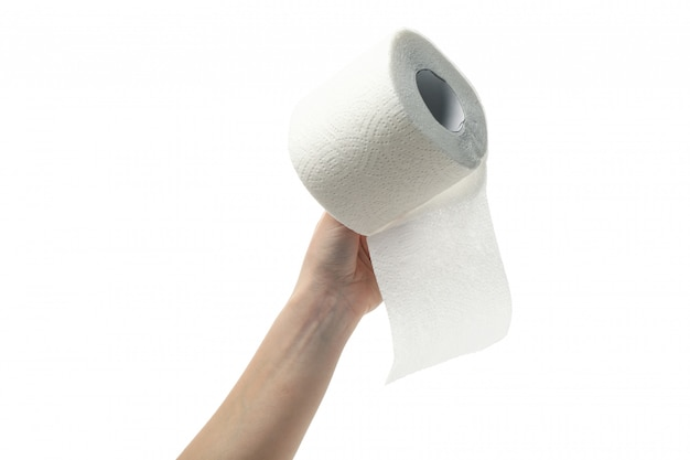 La mano tiene la carta igienica, isolata