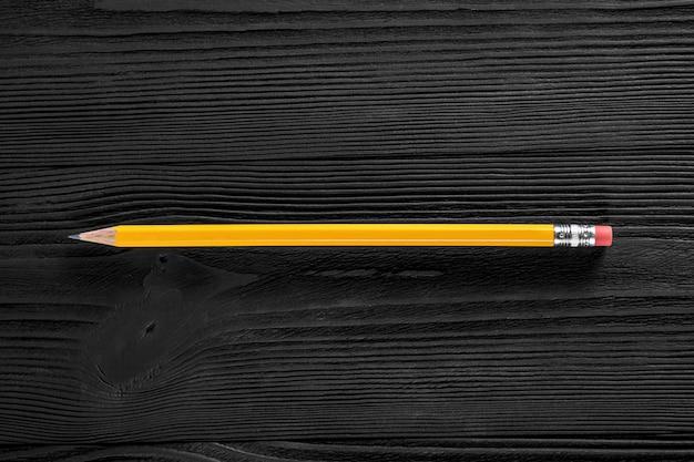 La matita gialla isolata