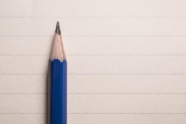 La matita minima sul taccuino allinea il fondo con la vista degli spcae della copia da sopra.
