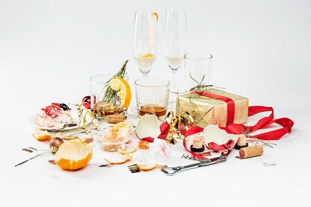 La mattina dopo il giorno di natale, tavola con alcool e avanzi