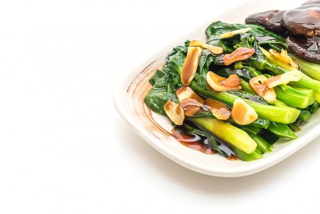La mescolanza di cavolo di hong kong ha fritto in salsa dell'ostrica con aglio
