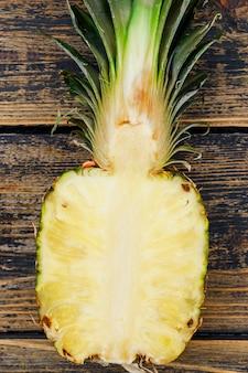 La metà di gustosi ananas su legno vecchio grunge. avvicinamento.
