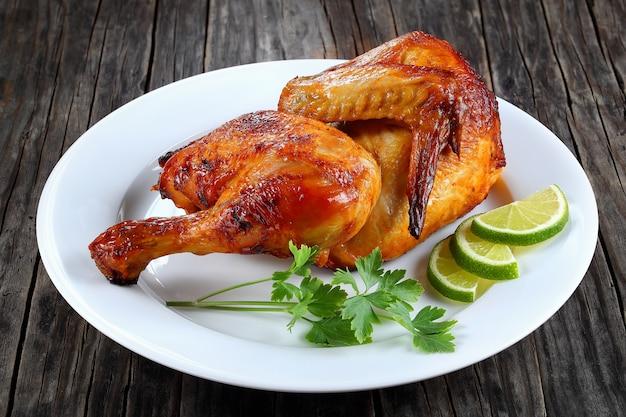 La metà di pollo alla griglia su un piatto