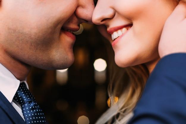 La metà inferiore delle facce degli sposi. la sposa e lo sposo