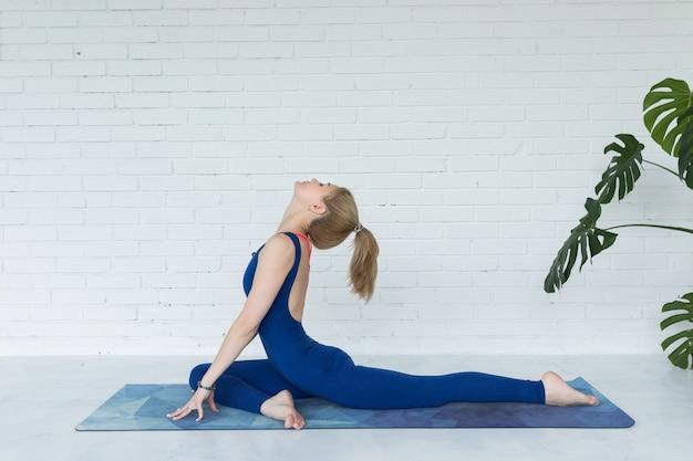 La mia donna medita mentre pratica lo yoga