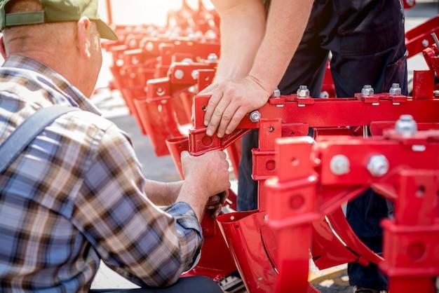 La mietitrebbia di riparazione meccanica. macchine agricole moderne