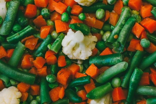 La miscela di verdure di carote, i piselli, i fagiolini e il cavolfiore si chiudono su, vista superiore, foto tinta