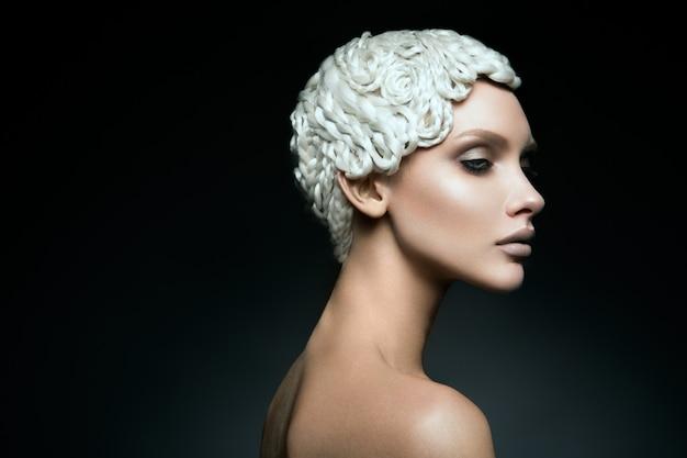 La moda arte compone il volto di donna