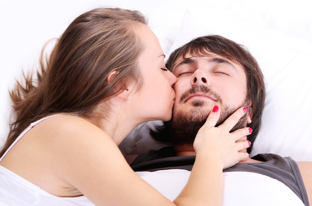La moglie sta baciando la guancia del marito