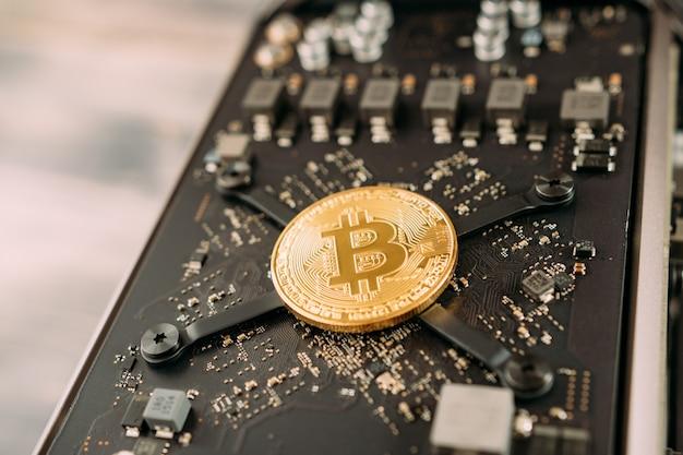 La moneta d'oro bitcoin si trova sulla scheda madre del computer