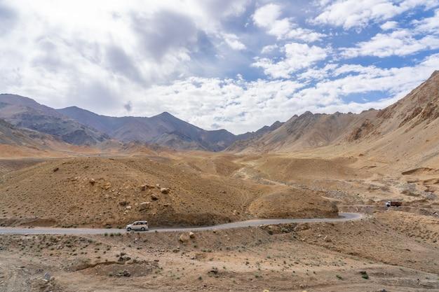 La montagna della regione himalayana indiana settentrionale la sezione dell'himalaya