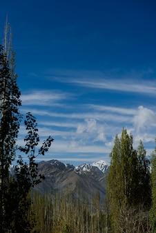 La montagna di himaraya con cielo blu
