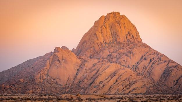 La montagna di spitzkoppe ad alba in namibia in africa.