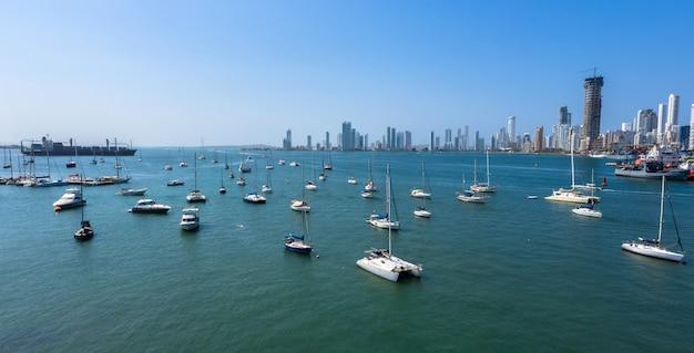 La nave da carico ha lasciato il porto di cartagena, colombia. bellissimi yacht vanno alla deriva nella baia.