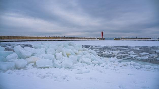 La neve del lago si è sciolta in inverno