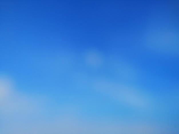 La nuvola bianca del cielo blu ha offuscato il fondo astratto della carta da parati