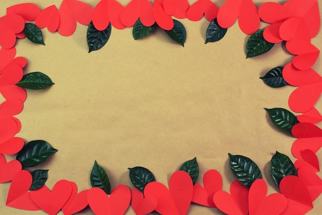 La pagina dei cuori rossi si inverdisce il fondo delle foglie per il concetto del testo del san valentino