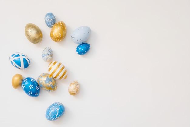 La pagina di pasqua ha decorato le uova isolate su superficie bianca.