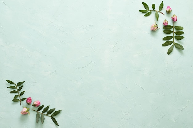 La pagina ha fatto i fiori e le foglie rosa della struttura su fondo verde