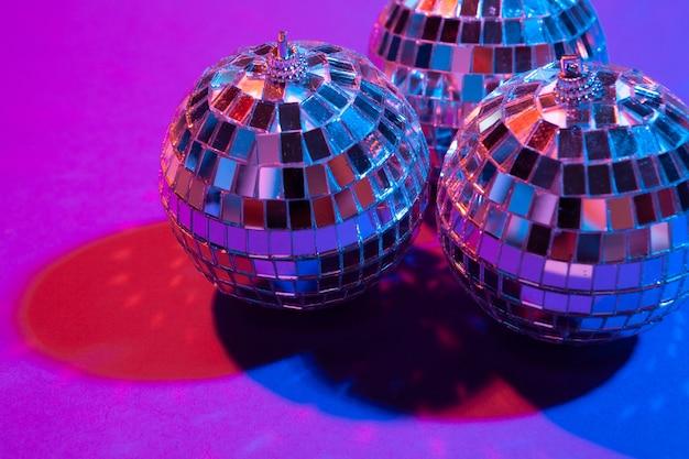La palla della discoteca splende sulla fine porpora del fondo su