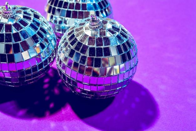 La palla della discoteca splende sulla fine porpora di colore su