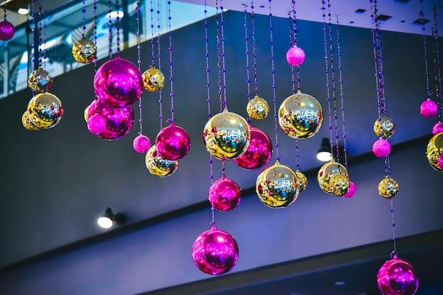 La palla di natale pende magnificamente durante le festività.